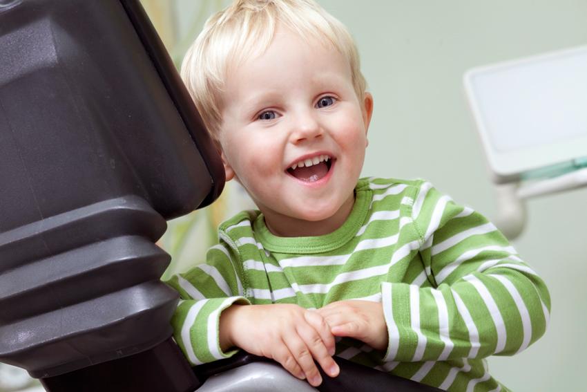 Kind auf Behandlungsstuhl in der Zahnarztpraxis Dr. Otten in Osnabrück