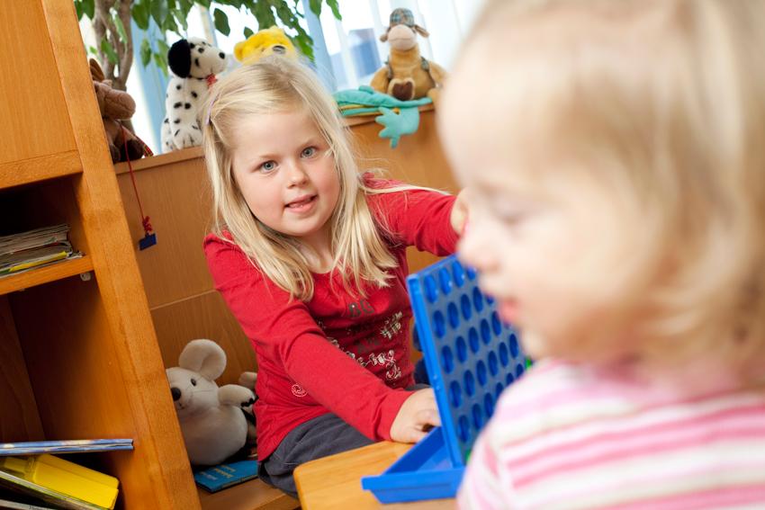 Kinderspielecke für spaßigen Zeitvertreib während des Wartens