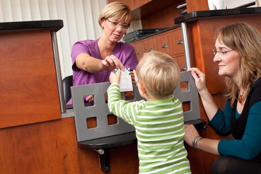 Der niedrige Tresen ist praktisch für kleine Patienten